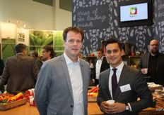 Herman Burger en Hugo A-Tjak in de stand van Cooperatie DOOR